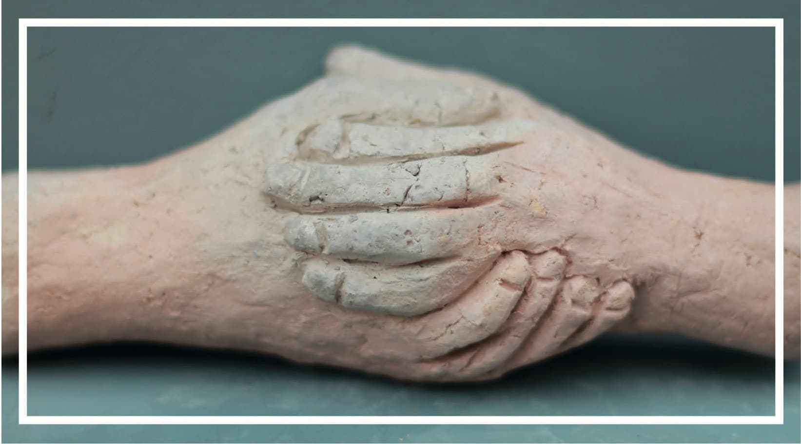 mains- terre cuite de Raymond Debiève